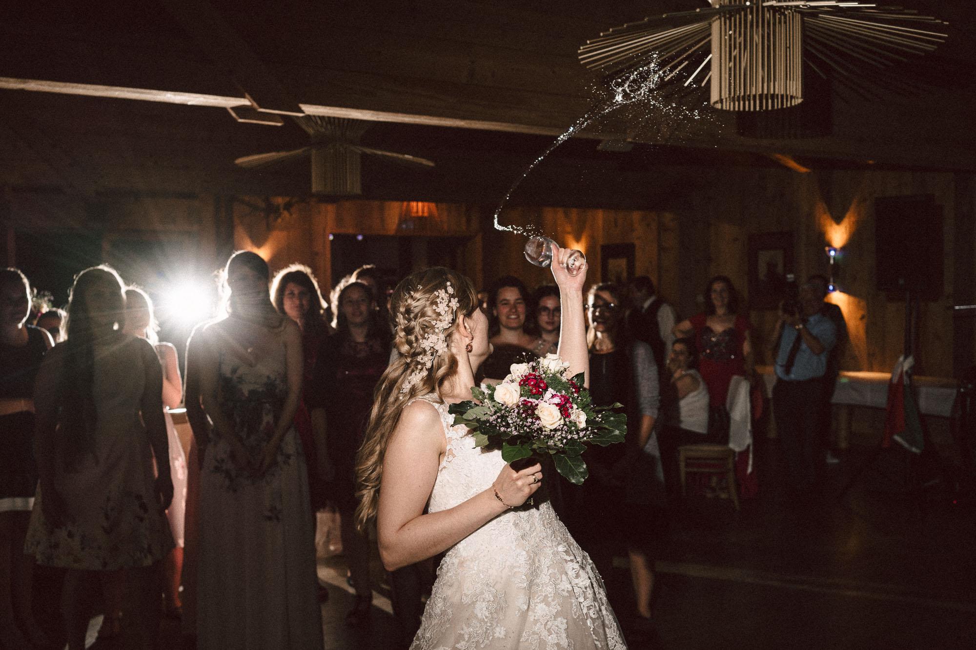Braut wirft Brautstrauß Hochzeitsbrauch Braut mit Brautstrauß