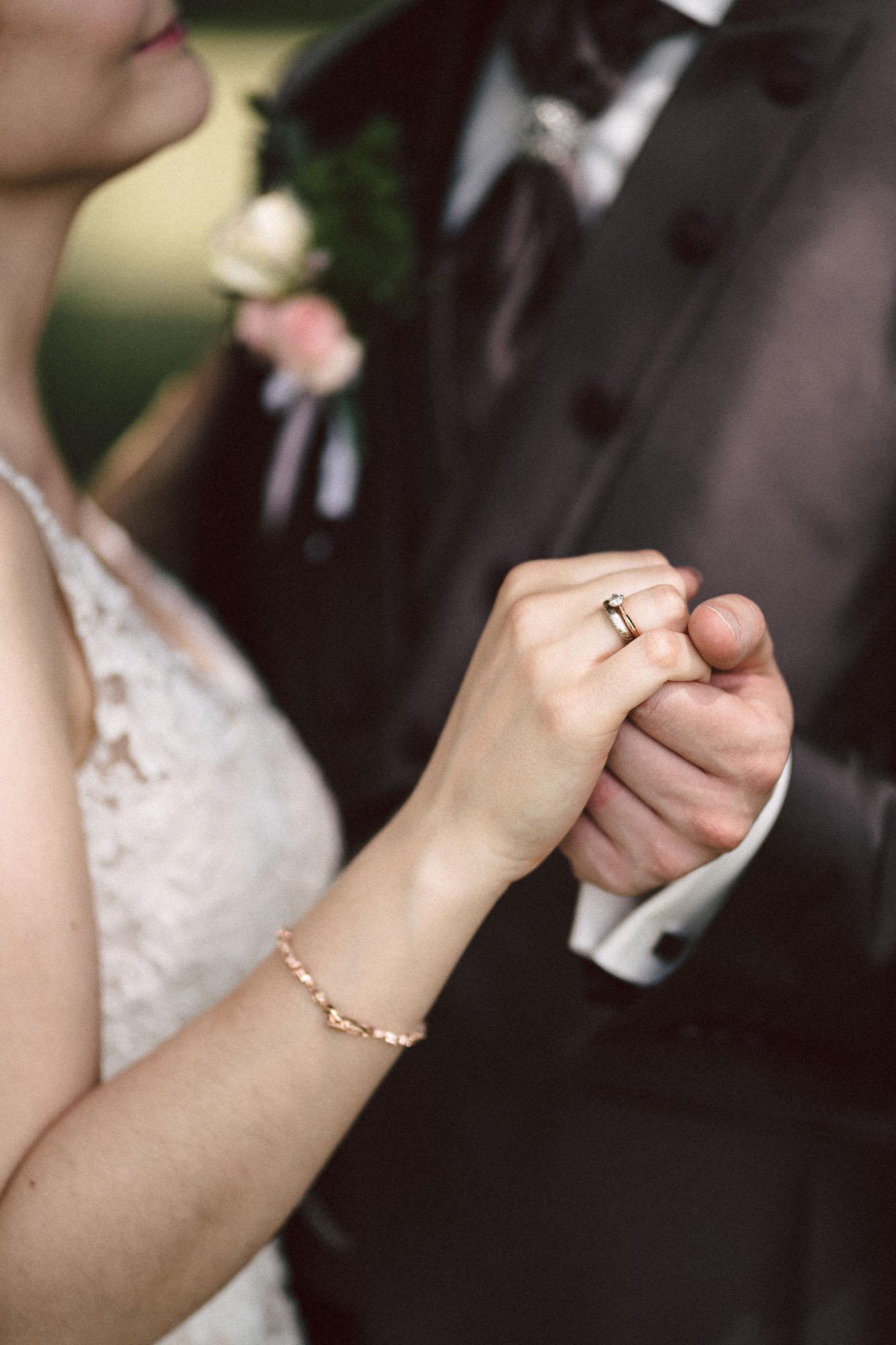 Heiraten in Augsburg Ehering Brautpaarshooting